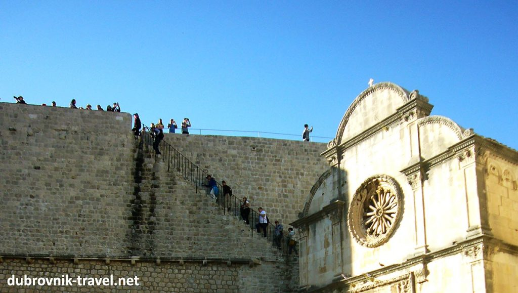 Visitors at Town Walls in the mid of the day
