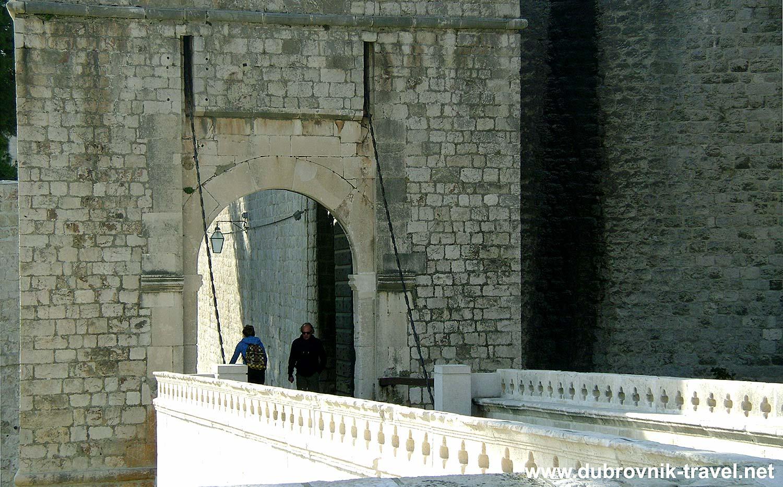 Approach to Ploče Gate